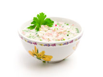 Bol de potage froid avec les légumes coupés Photos stock