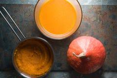 Bol de potiron, de soupe à potiron et purée de potiron dans une casserole Photo libre de droits
