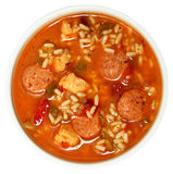 Bol de poulet de Cajun et de soupe épicés à gombo de saucisse Photos libres de droits