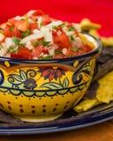Bol de puces épicées de Salsa et de maïs images libres de droits
