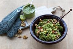 Bol de quinoa de pesto de chou frisé Photographie stock