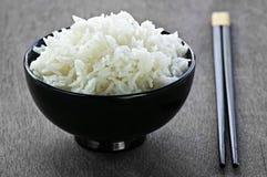 Bol de riz avec des baguettes Image stock