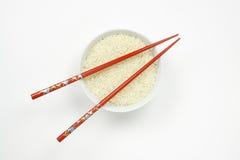 Bol de riz avec des baguettes Image libre de droits