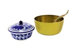 Bol de riz d'airain antique et cuvette en céramique d'isolement photographie stock libre de droits