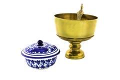 Bol de riz d'airain antique et cuvette en céramique d'isolement images stock