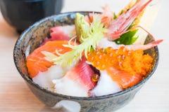 Bol de riz japonais avec des fruits de mer de sashimi sur le dessus Photos libres de droits