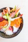 Bol de riz japonais avec des fruits de mer de sashimi sur le dessus Photographie stock
