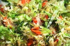 Bol de salade avec des légumes et des verts Foyer sélectif Photographie stock