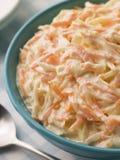 Bol de salade de choux avec une cuillère Photographie stock