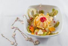 Bol de salade de fruits et composition décorés en collier Photographie stock