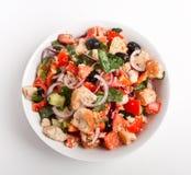 Bol de salade de pain de Panzanella Photographie stock libre de droits