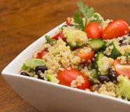 Plan rapproché de salade saine de quinoa avec les légumes frais Image libre de droits