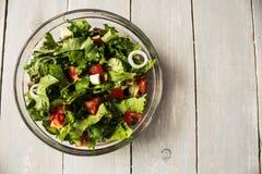 Bol de salade fraîche à l'oignon de tomate et de fromage Image stock