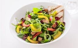 Bol de salade fraîche colorée de fusée et d'herbe Photo libre de droits