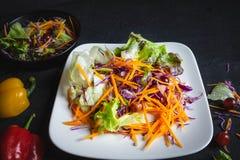 Bol de salade végétale sur le fond noir photographie stock