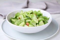 Bol de salade végétarienne avec le concombre, la tomate et la laitue photo stock