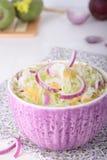 Bol de salade verte de radis avec la choucroute Photo libre de droits