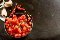 Bol de Salsa épicé chaud frais avec le piment Images libres de droits