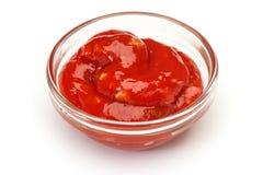 Bol de sauce de ketchup ou tomate sur le blanc Images libres de droits