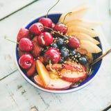 Bol de Smoothie avec le fruit et les baies, fond en bois, culture carrée Photo libre de droits