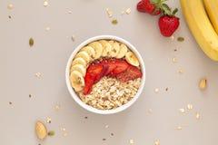 Bol de Smoothie avec le muesli, les fraises, les tranches de banane et la graine de lin Concept sain de nourriture Configuration  images stock