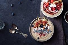 Bol de smoothie de banane de myrtille avec des figues photos stock