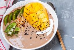 Bol de smoothie de chocolat avec le kiwi, Photo libre de droits