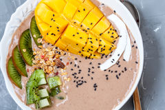 Bol de smoothie de chocolat avec le kiwi, Photos stock