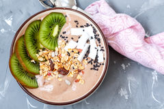 Bol de smoothie de chocolat avec le kiwi, Photo stock