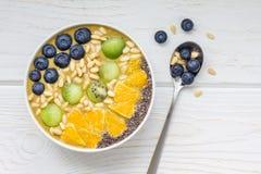 Bol de smoothie de petit déjeuner avec le thé vert, le kiwi et la banane de matcha Photos stock