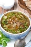 Bol de soupe à champignons avec l'orge perlée, vue supérieure Image stock