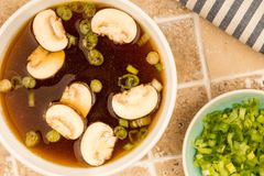 Bol de soupe à oignon d'espace libre de style japonais avec des champignons et Sprin Image stock