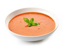 Bol de soupe à tomate avec le basilic Photographie stock