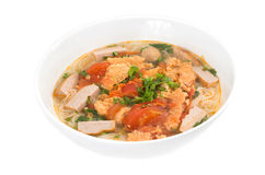 Bol de soupe à vermicellis de riz de viande de Rieu de petit pain Photographie stock libre de droits