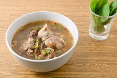 Bol de soupe épicée thaïlandaise à entrailles de boeuf Images stock