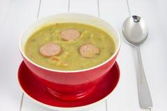 Bol de soupe avec l'erwtensoep et la cuillère Photo libre de droits