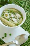 Bol de soupe chineese avec de la viande, le maïs et les pois Photo libre de droits