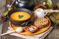 bol de soupe crémeuse faite maison à potiron Images stock