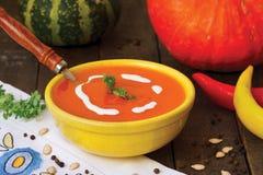 bol de soupe crémeuse faite maison à potiron Photos libres de droits