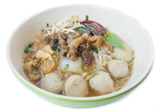 Bol de soupe de nouilles thaïlandaise de boeuf de style, nouille de bateau, d'isolement sur le wh Image libre de droits
