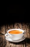 Bol de soupe faite maison délicieuse à carotte photo libre de droits