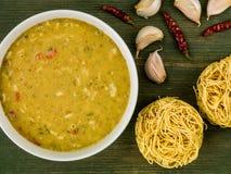 Bol de soupe verte thaïlandaise à cari de poulet photos stock