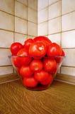 Bol de tomates rouges mûres appropriées à la sauce Photographie stock libre de droits