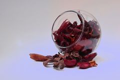 Bol de vidrio con derramamiento rojo del popurrí Fotografía de archivo libre de regalías