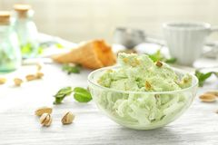 Bol de vidrio con helado delicioso del pistacho Fotografía de archivo libre de regalías