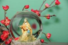 Bol de vidrio con la decoración de la Navidad Fotos de archivo libres de regalías