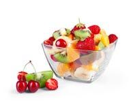 Bol de vidrio con la ensalada de frutas frescas Foto de archivo libre de regalías
