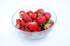 Bol de vidrio con las fresas Imagenes de archivo