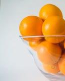 Bol de vidrio de las naranjas Imágenes de archivo libres de regalías