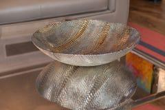 Bol de vidrio elegante con la decoración del metal Imagenes de archivo